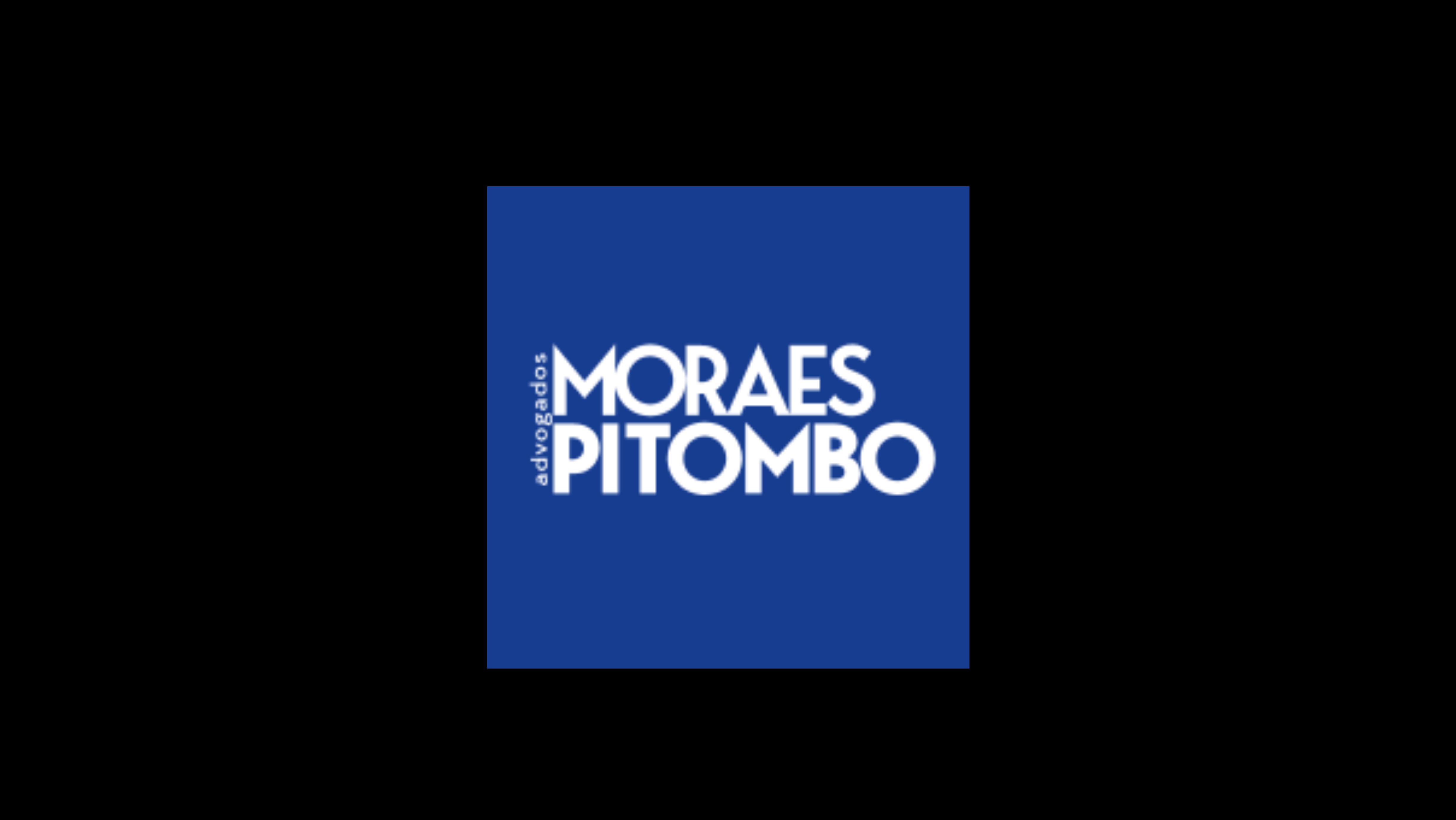 """Logotipo da empresa """"Moraes Pitombo Advogados"""". Trata-se de um logo na forma de um quadrado na cor azul, com as palavras """"Moraes Pitombo Advogados"""" escritas dentro desse quadrado."""