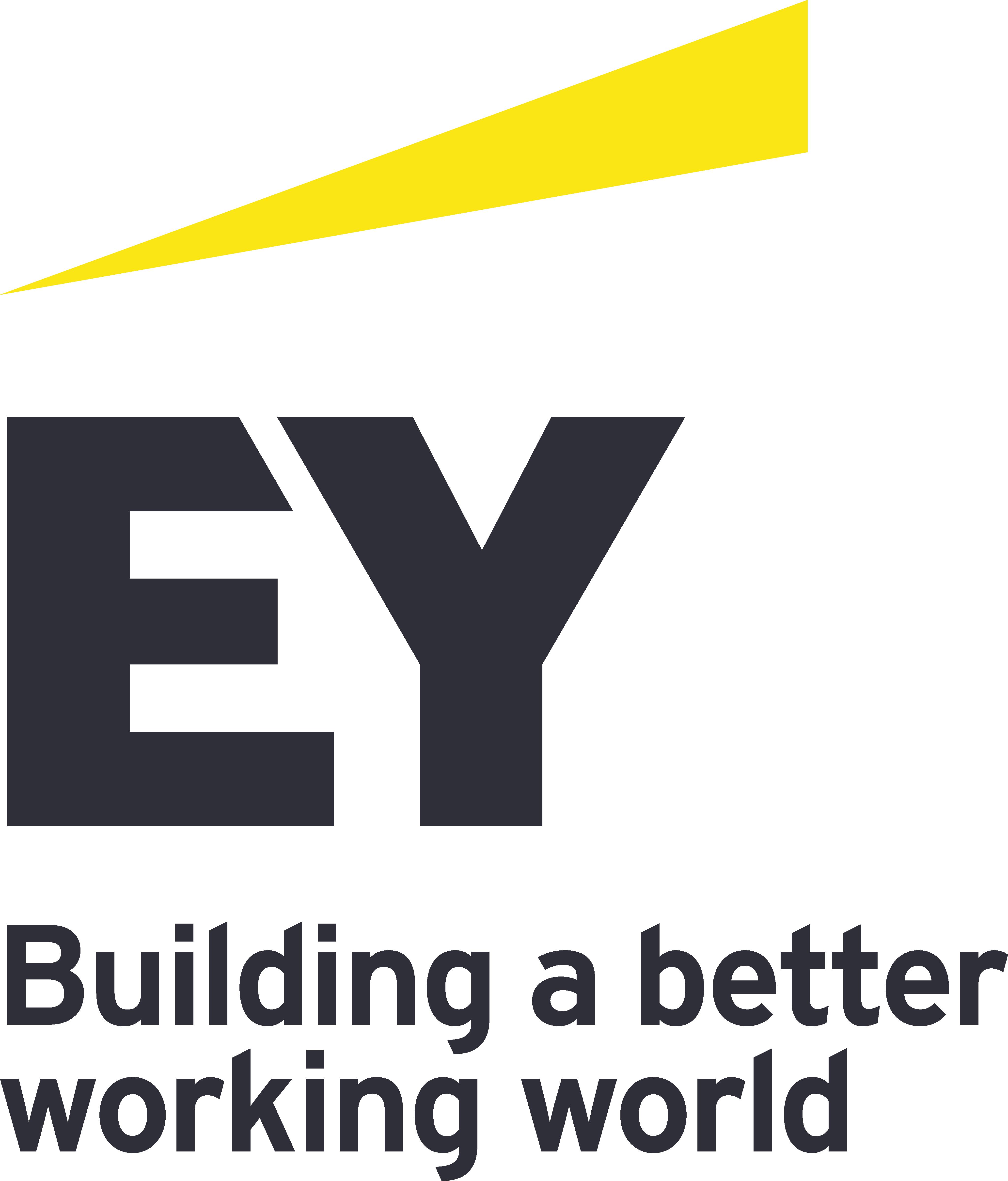 """Logotipo da empresa EY. Trata-se da palavra """"EY"""" escrita em preto. Abaixo disso, há uma frase """"Building a better working world"""". Acima do """"EY"""", há uma forma abstrata amarela."""