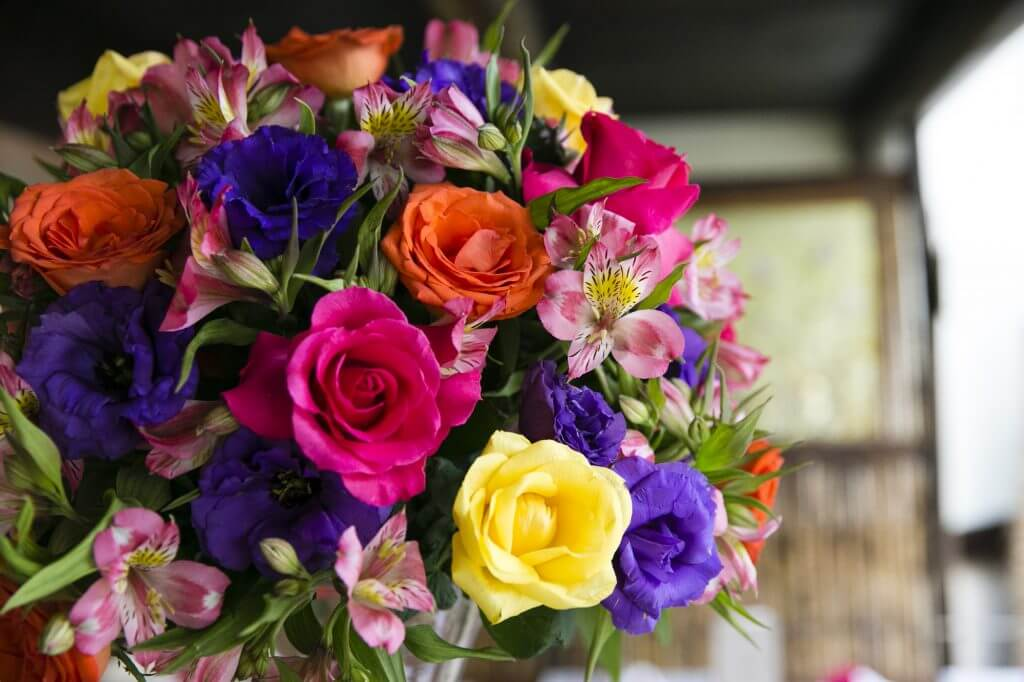 Arranjos decorativos com flores naturais para festas - Festejare Decorações