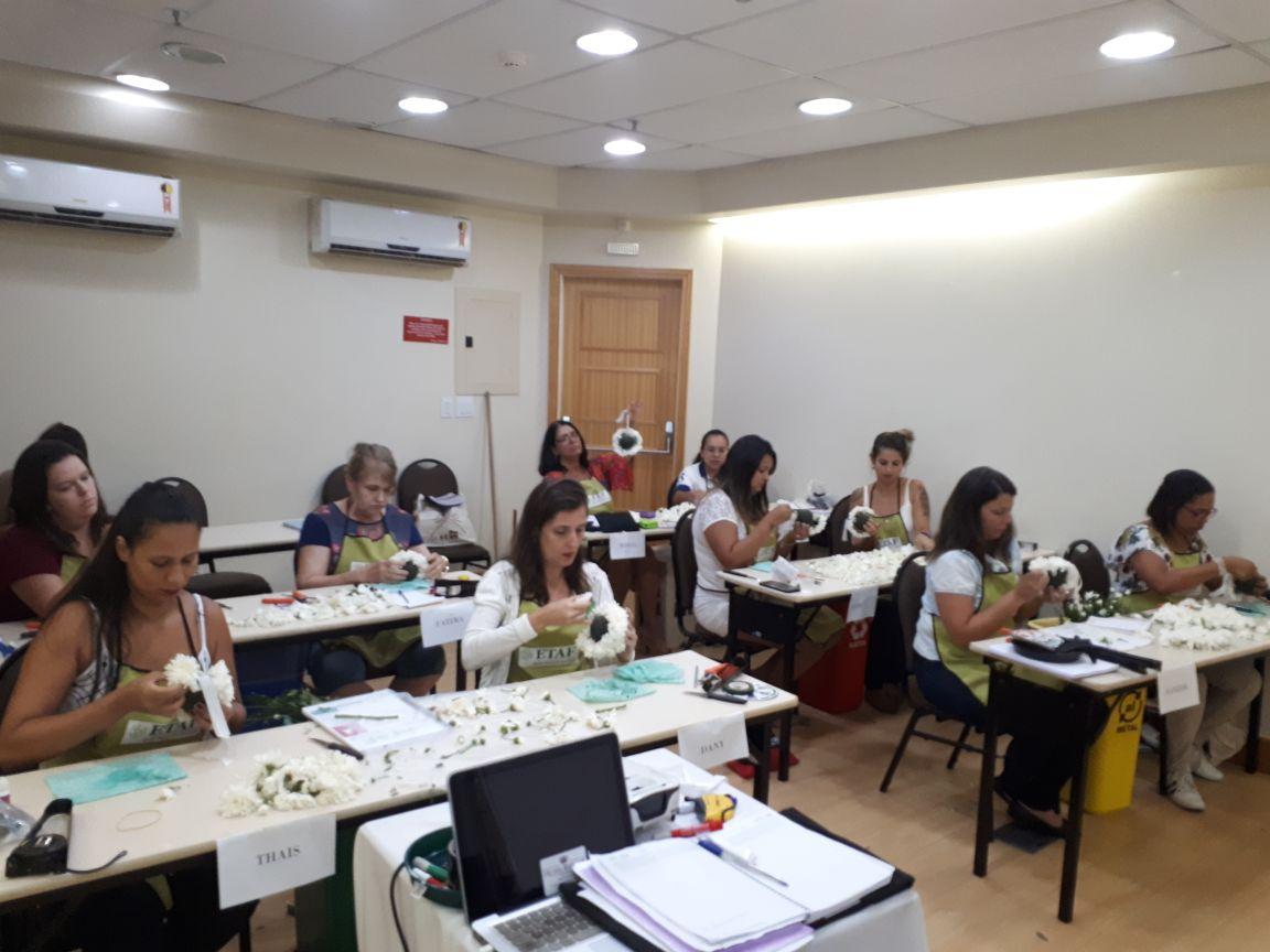 Alunas do curso técnico profissionalizante em arte floral aprendem a fazer bola de flores
