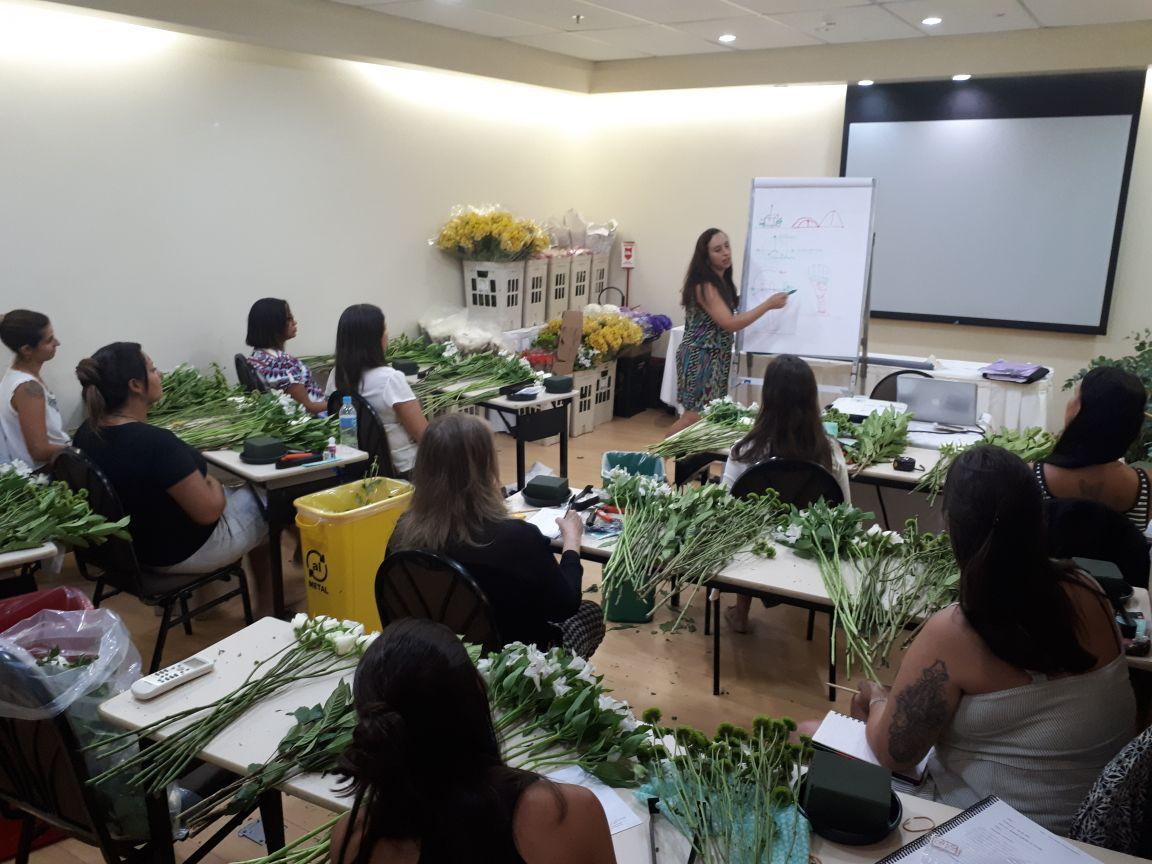 Aula teórica sobre arte floral para o curso técnico profissionalizante da ETAF