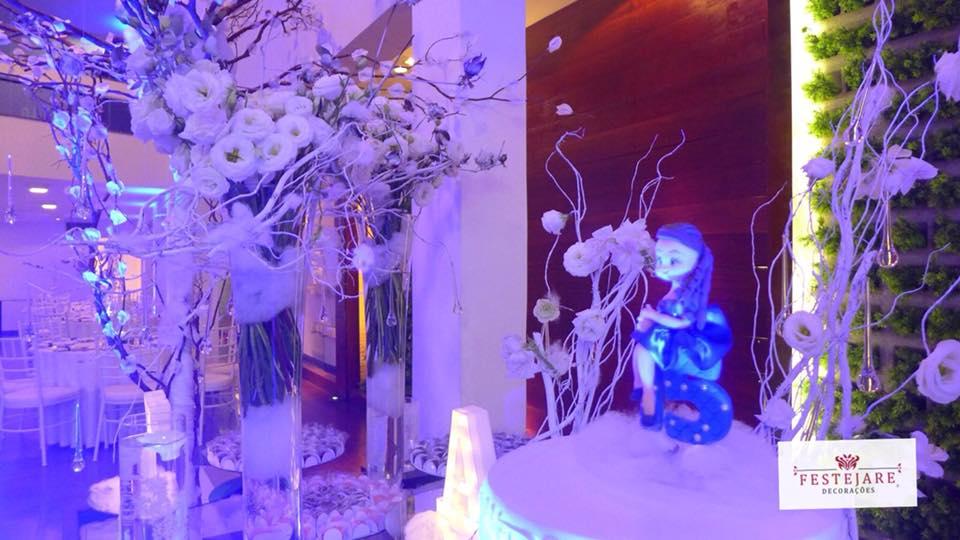 Detalhes da decoração com o tema Reino Gelado para festa de 15 anos