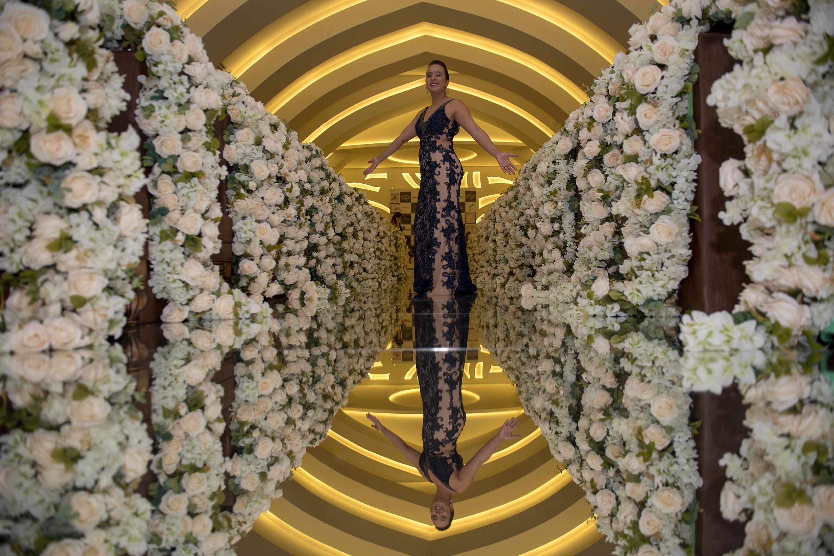 Val du Arte em seu corredor de flores brancas, na Mansão Adélia Prado, para o aniversário de 50 anos da cantora Mara Maravilha