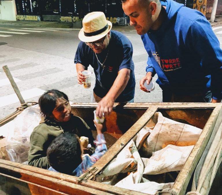 Doação de alimentos aos moradores em situação de rua.