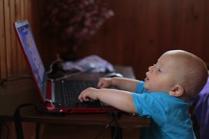 Bebê mexendo no Laptop