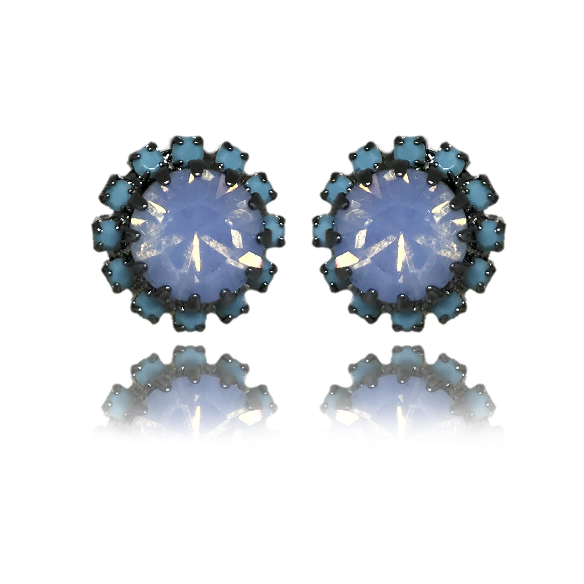 Brinco redondo com cristais azuis folheado em ródio negro