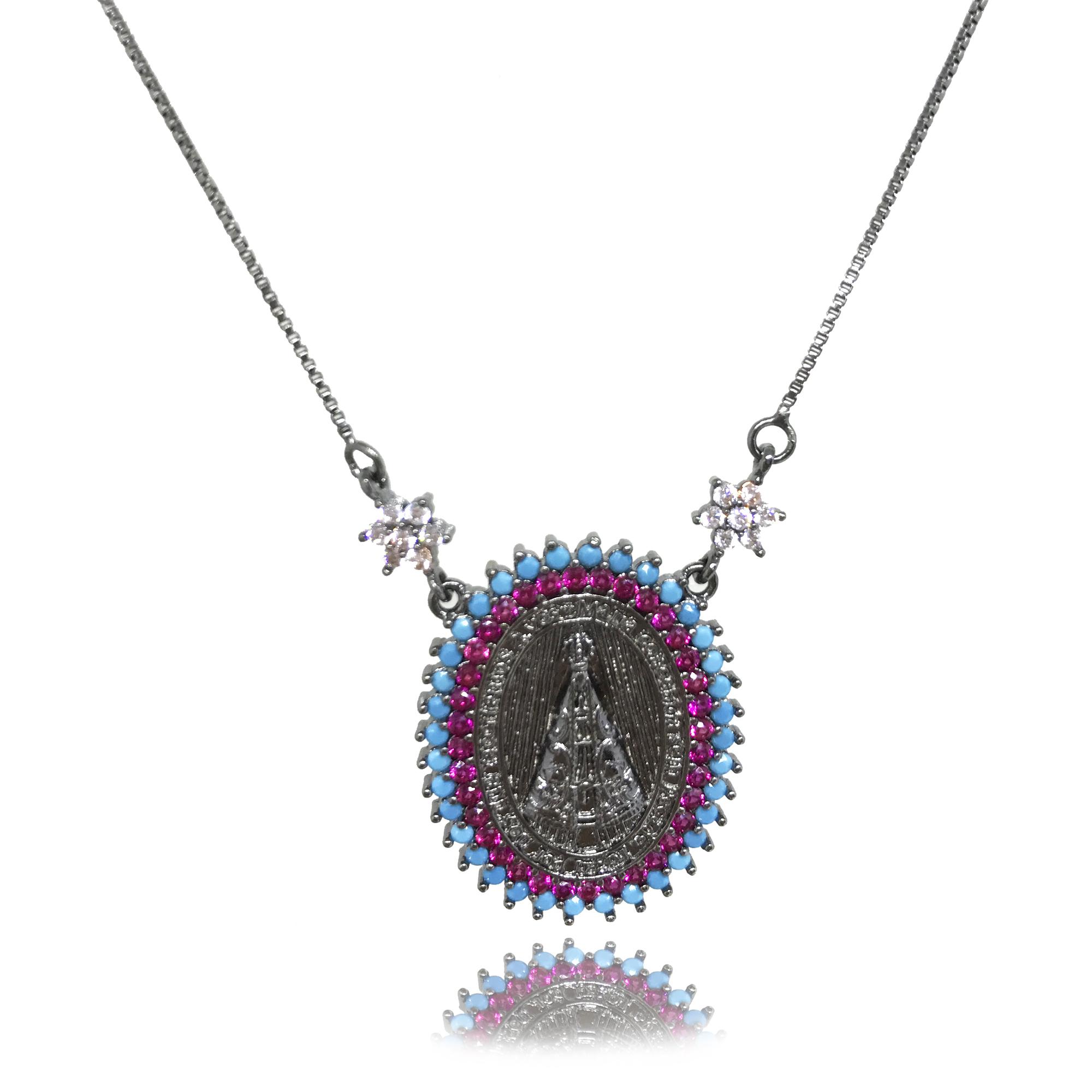 Colar Nossa Senhora Aparecida cravejado em mini zircônia rosa e azul turquesa