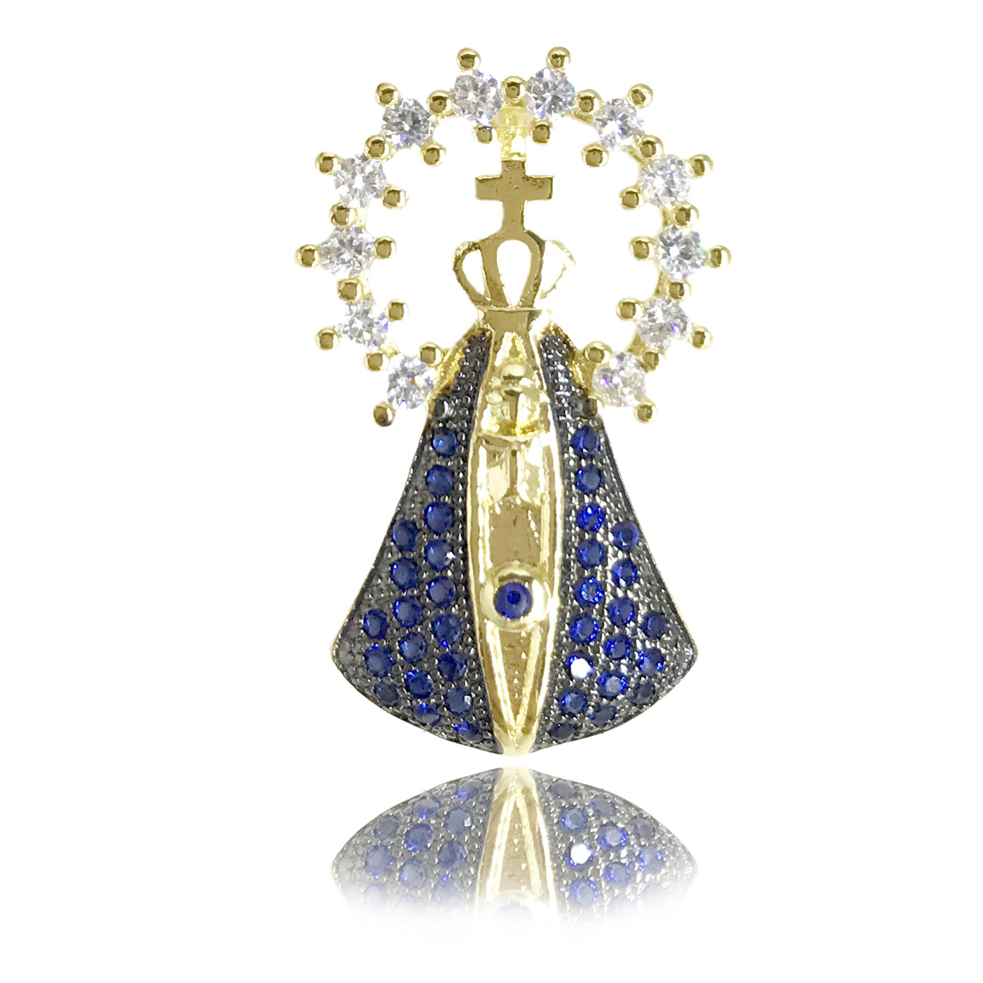 Pingente médio Nossa Senhora Aparecida cravejado com mini cristais azuis e branco com manto em detalhe de ródio negro
