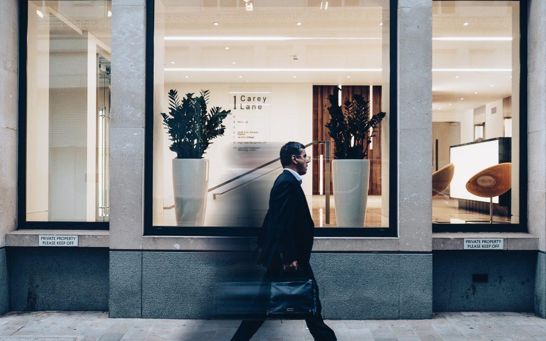 Cliente passando fora da loja (Fonte Unsplash)