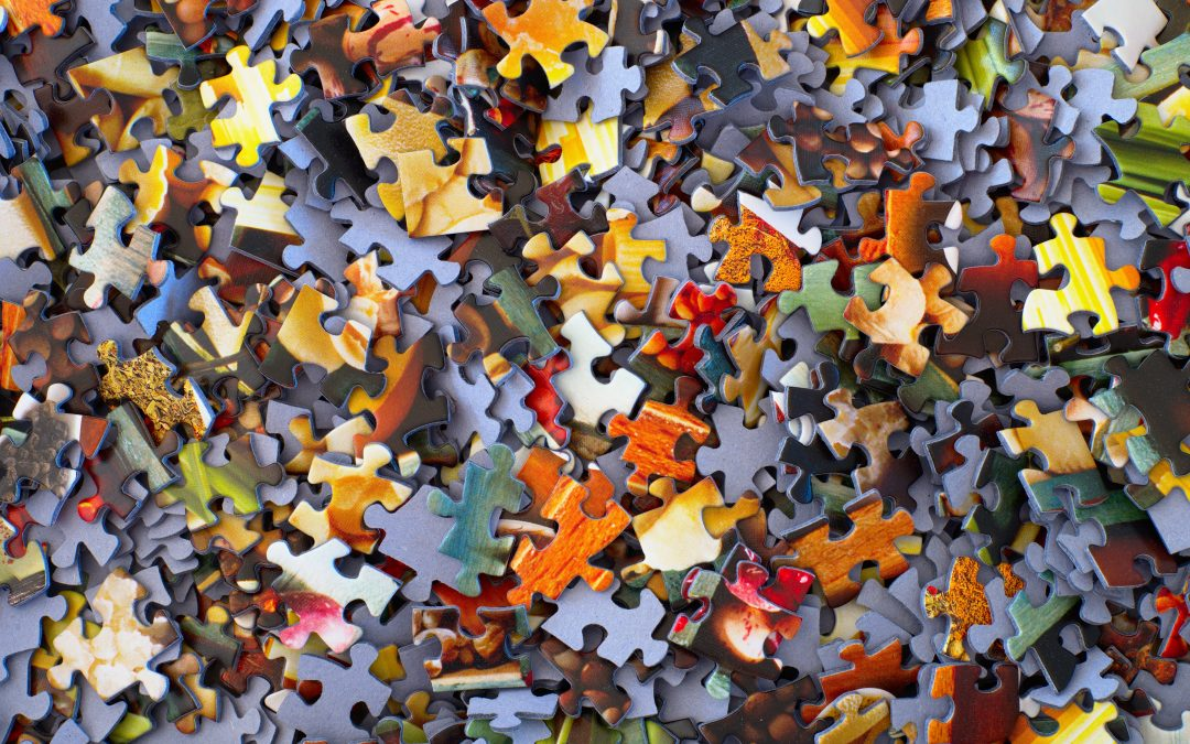 Peças de quebra-cabeça representando a dificuldade de se entender o que significa cada sigla